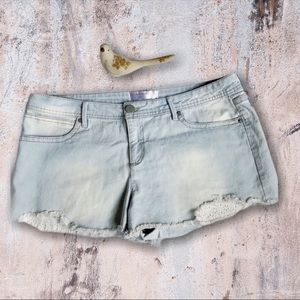 No Boundaries Light Wash Medium Rise Shorts Sz 17